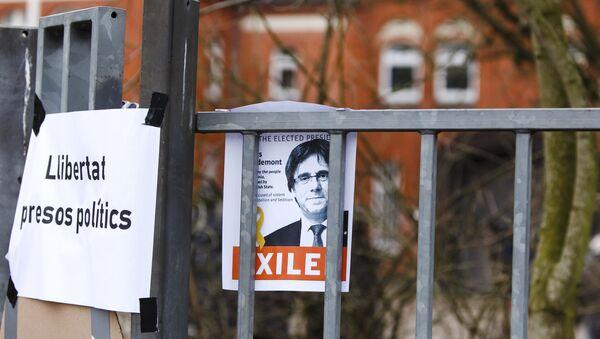 El retrato del expresidente catalán Carles Puigdemont con la petición de libertad para los presos políticos - Sputnik International