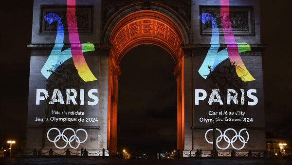 The campaign's official logo of the Paris bid to host the 2024 Olympic Games is seen on the Arc de Triomphe in Paris on February 9, 2016. - Sputnik International