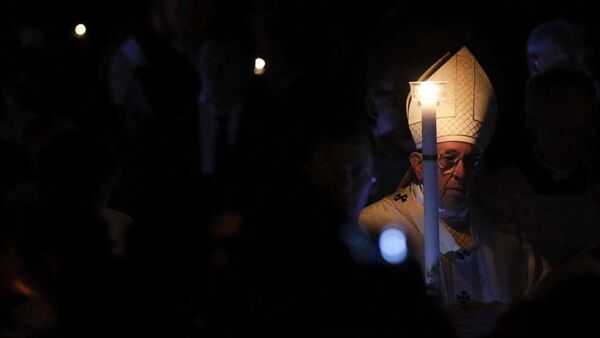 Pope Francis holds a candle as he presides over a solemn Easter vigil ceremony in St. Peter's Basilica at the Vatican, Saturday, 31 March 2018 - Sputnik International