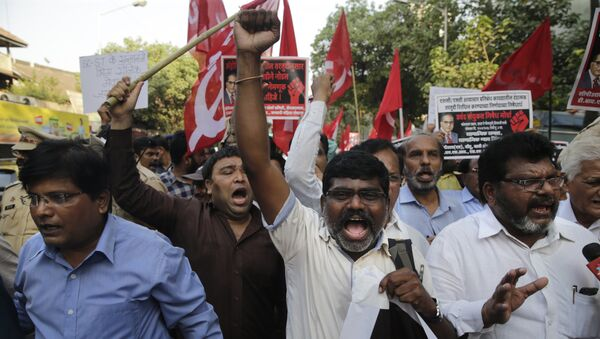 Members of Dalit organisations and leftist outfits shout slogans as they hold placard during a protest in Mumbai, India, Monday, April 2, 2018 - Sputnik International
