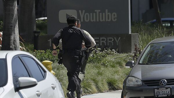 Officers run toward a YouTube office in San Bruno, Calif., Tuesday, April 3, 2018. Police and federal officials have responded to reports of a shooting Tuesday at YouTube headquarters in Northern California. - Sputnik International
