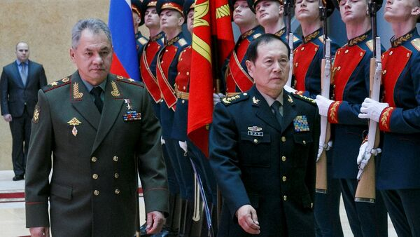 Russian Defense Minister Sergei Shoigu and Chinese Defense Minister Wei Fenghe review a honour guard prior to their talks in Moscow, Russia - Sputnik International