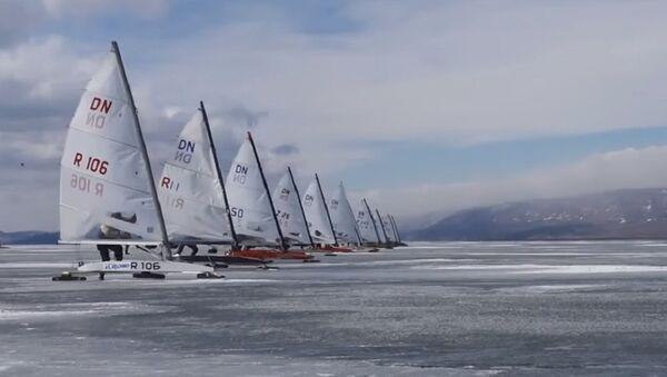 Adrenaline Junkies Zoom Around in 100km/h Ice-Sailing Race on Lake Baikal - Sputnik International