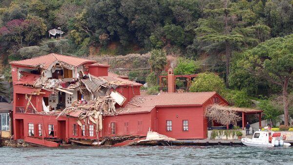 The damaged Hekimbasi Salih Efendi Mansion is seen after the Maltese flagged tanker Vitaspirit crashed into it by the Bosphorus strait in Istanbul, Turkey April 7, 2018 - Sputnik International