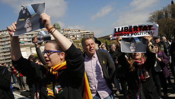 People hold pictures of Spain´s King Felipe VI upside down during a protest called by Catalan pro-independence demonstrators against the visit of the king in Barcelona - Sputnik International