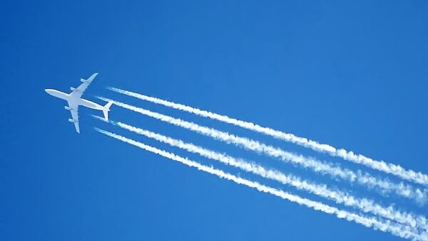 The contrails of an Airbus A340 jet, over London, England - Sputnik International