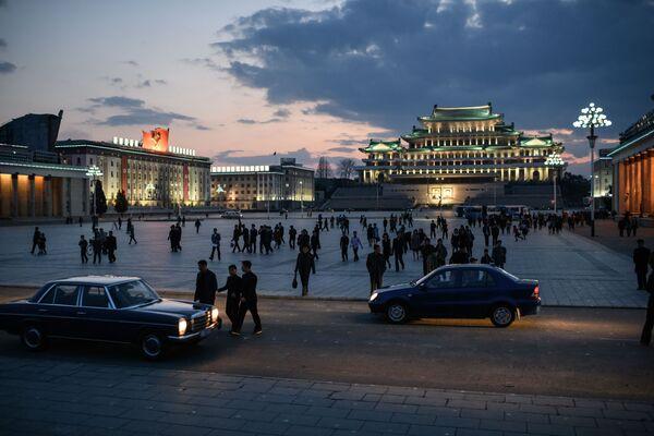 Spectators walk across Kim Il Sung square - Sputnik International