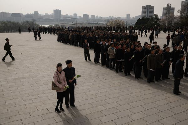 A couple wait to join others to pay their respects before the statues of late North Korean leaders Kim Il Sung and Kim Jong Il, at Mansu Hill in Pyongyang April 15, 2018. - Sputnik International