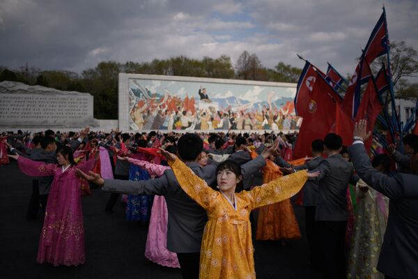 Students take part in a mass dance event during celebrations marking the anniversary of the birth of late North Korean leader Kim Il Sung in Pyongyang April 15, 2018. - Sputnik International