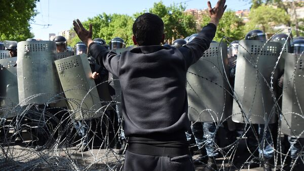 A demonstrator argues with riot police during a protest against Armenia's ruling Republican party's nomination of former President Serzh Sarksyan as its candidate for prime minister, in Yerevan, Armenia April 16, 2018. - Sputnik International