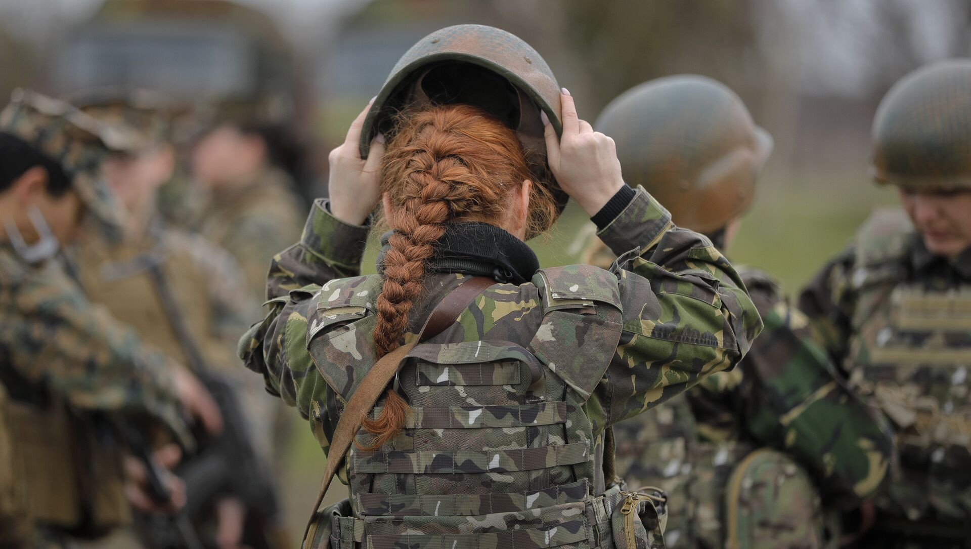 A Romanian female soldier adjusts her helmet before taking part in weapons training with US Marines female counterparts at the Capu Midia Surface to Air Firing Range, on the Black Sea coast in Romania, Monday, March 20, 2017 - Sputnik International, 1920, 25.07.2021