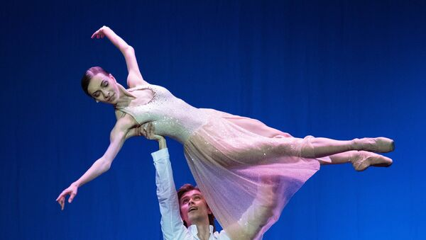 Bolshoi Theater prima ballerina Olga Smirnova and premier Artyom Ovcharenko perform a pas de deux from the Casse-Noisette Compagnie ballet at the Dancing About Love ballet night at the Russian Academic Youth Theater - Sputnik International