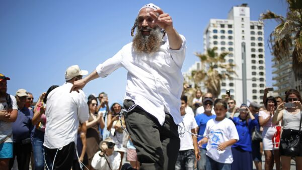 People dance during Independence Day celebrations marking 70 years since the founding of the state in 1948, in Tel Aviv, Israel - Sputnik International