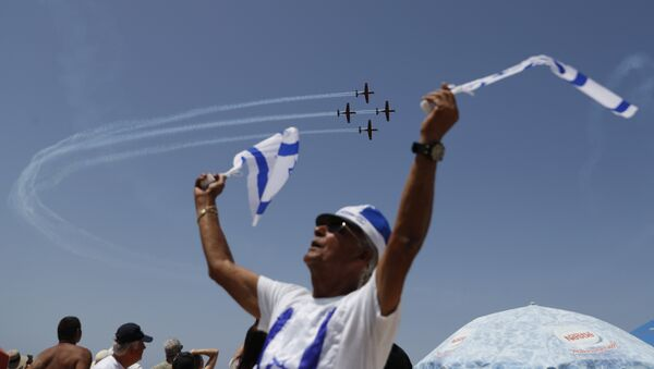 Israelis watch an air show during the festivities of the 70th Independence Day, on April 19, 2018 in the Mediterranean coastal city of Tel Aviv. - Sputnik International