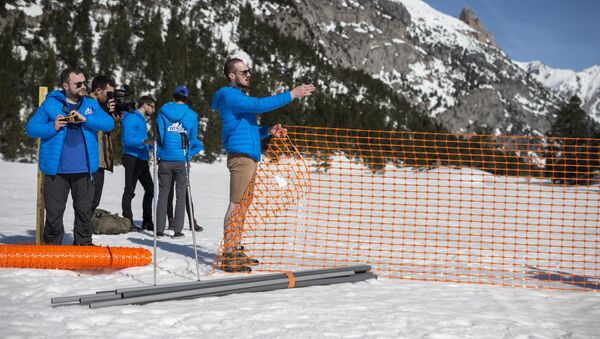 Activists from the French far-right political movement Generation Identitaire (GI) and European anti-migrant group Defend Europe erect a barrier during an operation titled Mission Alpes to control access of migrants using the Col de l'Echelle mountain pass on April 21, 2018 in Nevache, near Briancon, on the French-Italian border - Sputnik International