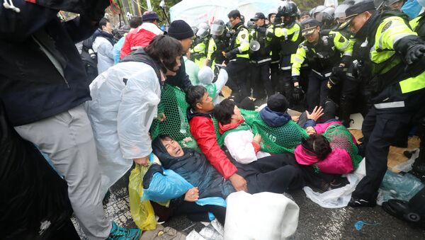South Korean police officers attempt to disperse residents taking part in an anti-THAAD (Terminal High Altitude Area Defense) protest in Seongju, South Korea, April 23, 2018. - Sputnik International