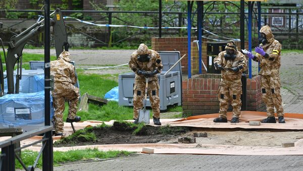 Military personnel dig near the area where Russian agent Sergei Skripal and his daughter Yulia were found on a park bench, in Salisbury, England, Tuesday April 24, 2018 - Sputnik International