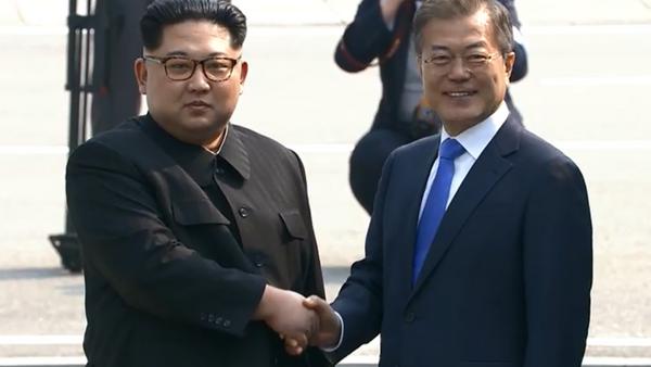 North Korea's Kim Jong Un shakes hands with South Korea's Moon Jae In during historic summit meeting - Sputnik International