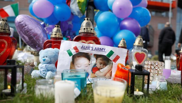 Flowers, candles and childrens' toys left as a memorial to Alfie Evans, the 23-month-old toddler who died a week after his life support was withdrawn, are seen outside Alder Hey Children's Hospital in Liverpool, Britain, April 28, 2018 - Sputnik International