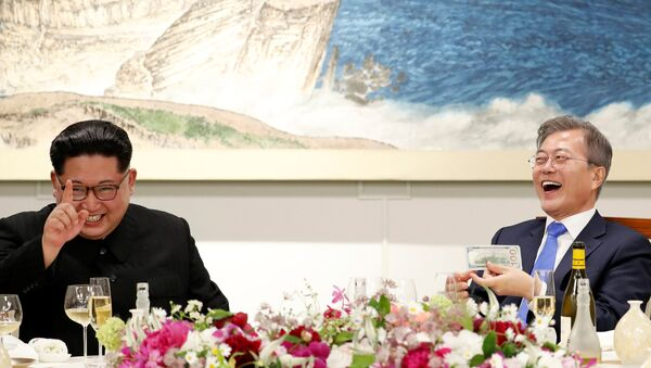 South Korean President Moon Jae-in and North Korean leader Kim Jong Un attend a banquet on the Peace House at the truce village of Panmunjom - Sputnik International