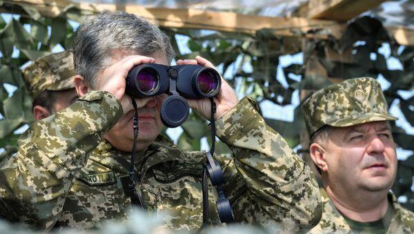 Ukrainian President Petro Poroshenko uses a pair of binoculars while watching the final testing of the Vilkha missile complex in Kherson Region, Ukraine April 25, 2018 - Sputnik International