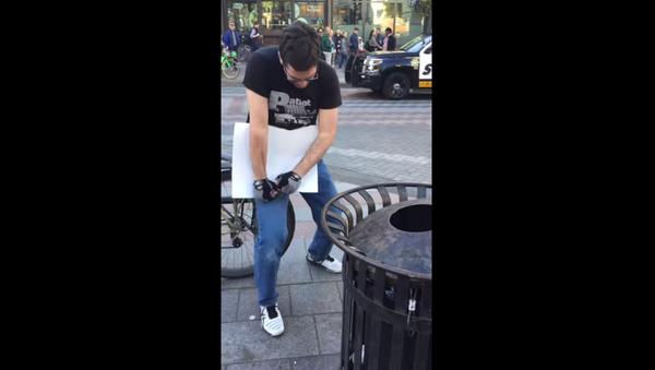 May Day demonstrators gloat while Seattle man struggles to tear up anti-fascism sign - Sputnik International