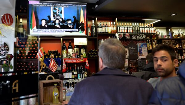 People drink in a bar while the television displays a video of Basque armed separatists ETA announcing their dissolution in Bilbao, Spain May 3, 2018 - Sputnik International