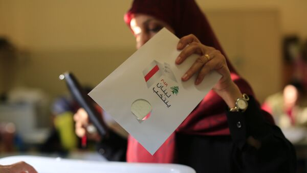 A Lebanese woman casts a ballot at a polling station during the Lebanon's parliamentary elections in a southern suburb of Beirut, Lebanon, May 6, 2018 - Sputnik International