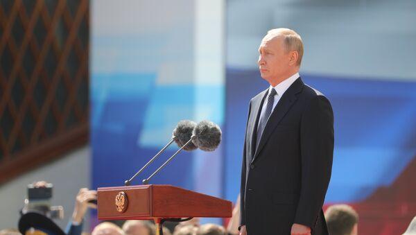 Russian President Vladimir Putin reviews the Presidential Regiment during a parade on the Kremlin's Cathedral Square - Sputnik International