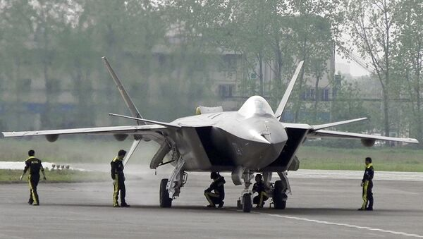 Chinese ground crew members inspect a J-20 stealth fighter in Chengdu, in southwest China's Sichuan province (File) - Sputnik International