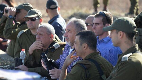 Defense Minister Avigdor Liberman on Israel's northern border, November 2017 - Sputnik International