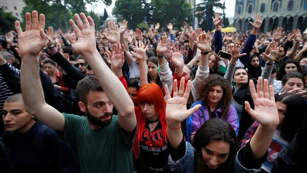 Protesters attend a rally against the Georgian authorities' anti-drug policy following the recent police raids at several local nightclubs near the building of parliament in Tbilisi, Georgia May 12, 2018 - Sputnik International