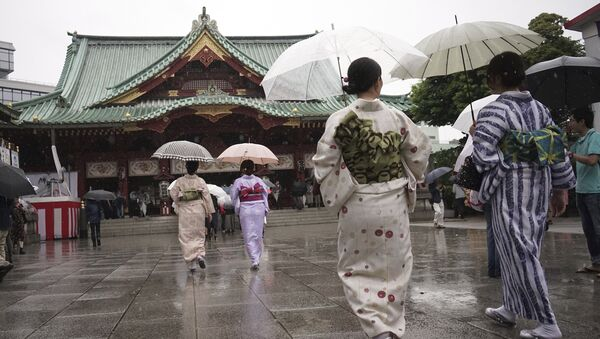 Kimono-clad visitors walk at the Kanda Myojin Shinto shrine in the rain during its festival in Tokyo Saturday, May 13, 2017 - Sputnik International