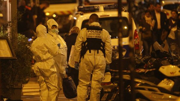 Forensic officers get ready as they arrive to inspect the area in Monsigny street in Paris centre after one person was killed and several injured by a man armed with a knife, who was shot dead by police in Paris on May 12, 2018 - Sputnik International