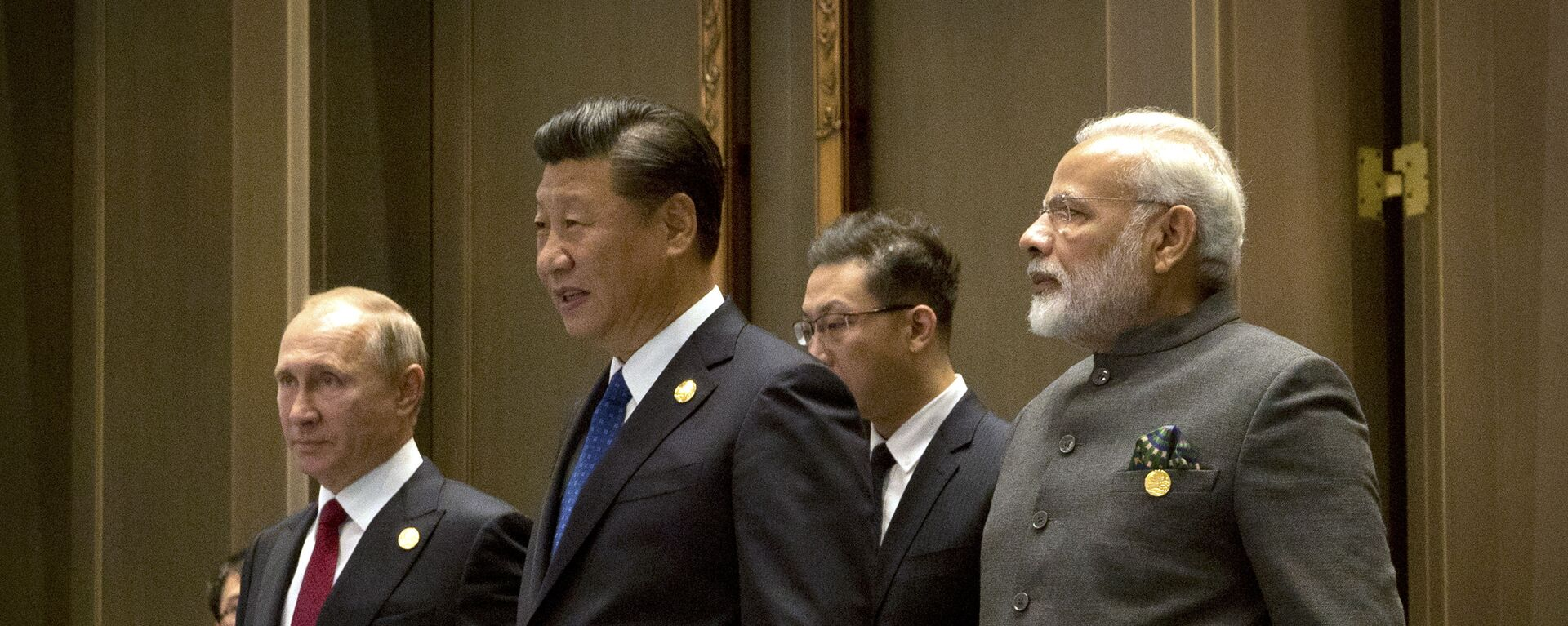 (L to R) Russian President Vladimir Putin, Chinese President Xi Jinping and Indian Prime Minister Narendra Modi arrive for the Dialogue of Emerging Market and Developing Countries on the sidelines of the 2017 BRICS Summit in Xiamen, southeastern China's Fujian Province on September 5, 2017 - Sputnik International, 1920, 09.09.2021