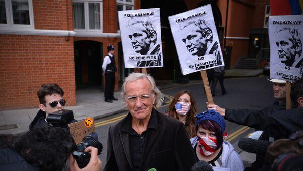 John Pilger, Australian journalist and friend of Wikileaks founder Julian Assange, speaks to the media outside the Ecuadorian embassy in London, on June 22, 2012, where Assange is seeking political asylum - Sputnik International