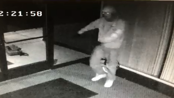 Fresno Police Department release footage showing robber go into a celebratory dance after entering an office building with set of copied keys. - Sputnik International