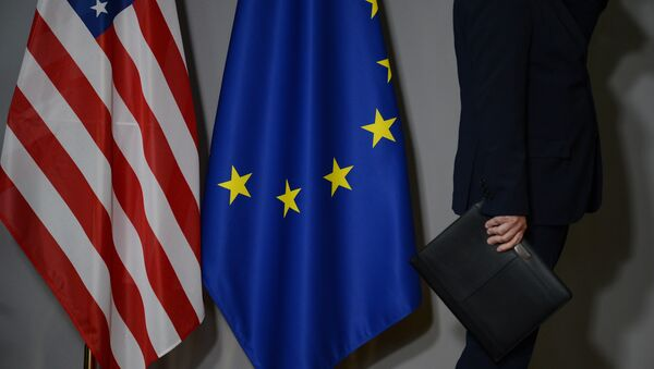 Flags of the United States and the European Union in Brussels - Sputnik International