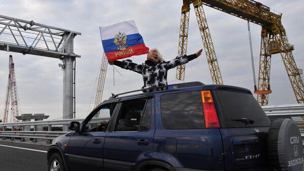 A car on the Crimean Bridge - Sputnik International