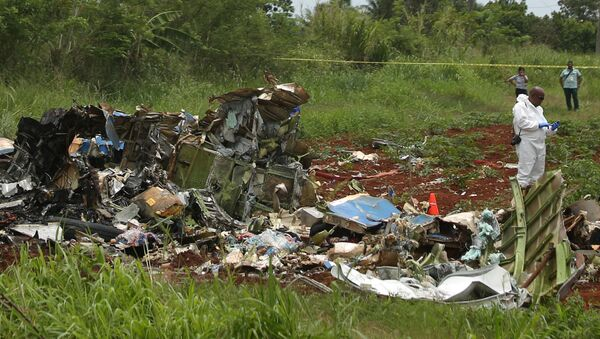 A rescue team member works at the wreckage of a Boeing 737 plane that crashed in the agricultural area of Boyeros, around 20 km (12 miles) south of Havana, shortly after taking off from Havana's main airport in Cuba, May 18, 2018. - Sputnik International