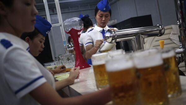 A waitress fill up jugs of beer during Taedonggang Beer Festival in Pyongyang, North Korea, Sunday, Aug. 21, 2016. - Sputnik International