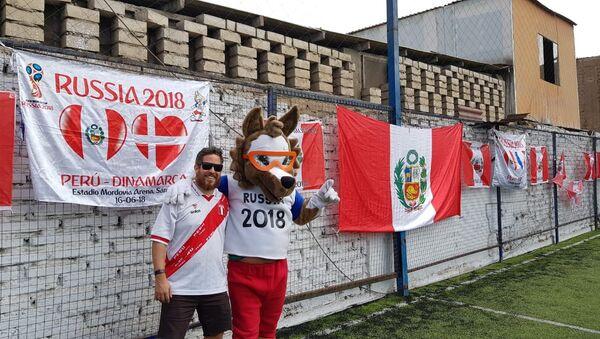 Enrique de la Lama with the 2018 World Cup mascot Zabivaka - Sputnik International