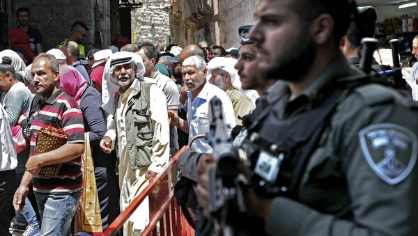 Israeli police stand guard in the main street of the Muslim Quarter in Jerusalem's Old City after Palestinian worshippers took part in the first Friday prayers of the holy month of Ramadan in Jerusalem's Al-Aqsa Mosque compound on May 18, 2018 - Sputnik International