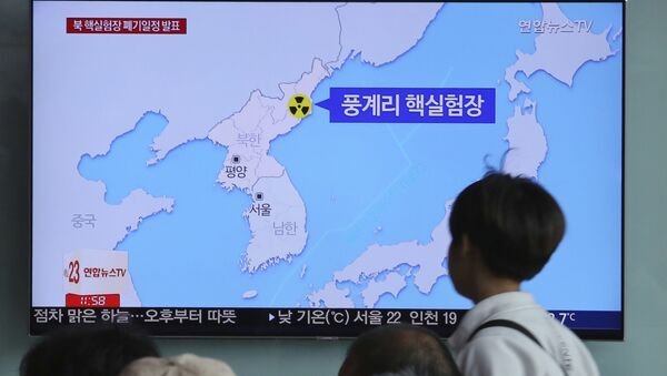 People watch a TV screen reporting that North Korea will dismantle nuke test site during a news program at the Seoul Railway Station in Seoul, South Korea, Sunday, May 13, 2018 - Sputnik International