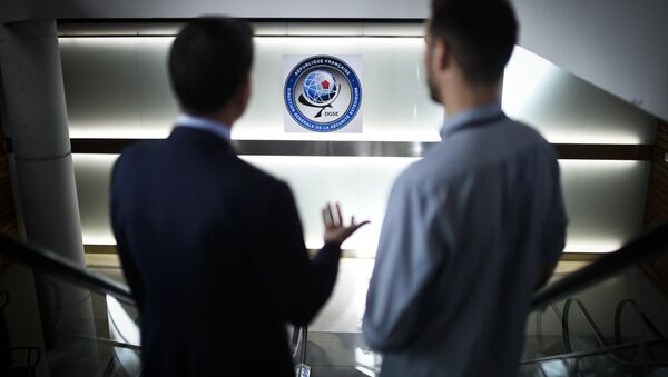 Two men pose at the headquarters of the General Directorate for External Security (DGSE), France's external intelligence agency, in Paris on June 4, 2015 - Sputnik International