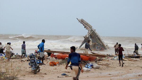 People search among the wreckage of a boat destroyed by Cyclone Mekunu in Socotra Island, Yemen, May 25, 2018 - Sputnik International