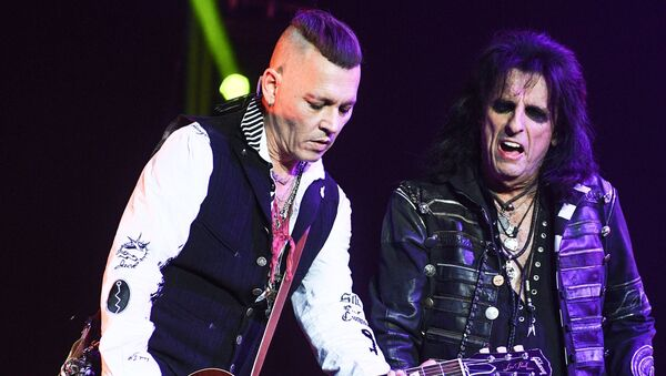 Actor Johnny Depp, left, and American rock musician Alice Cooper during a performance at the Olimpiysky sports complex. - Sputnik International