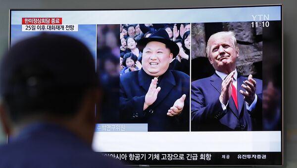 A man watches a TV screen showing file footage of U.S. President Donald Trump, right, and North Korean leader Kim Jong Un, left, during a news program at the Seoul Railway Station in Seoul, South Korea, Wednesday, May 23, 2018 - Sputnik International