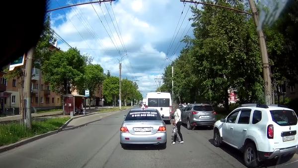 Russian Driver Keeps Pedestrian from Jaywalking - Sputnik International