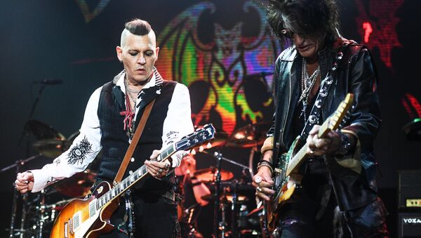 Actor Johnny Depp, left, and Joe Perry, a guitarist of the American rock band Aerosmith, during a performance at the Olimpiysky sports complex - Sputnik International